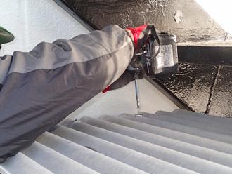千葉県木更津市 ゴミ置き場の屋根補修 屋根材をビス止め