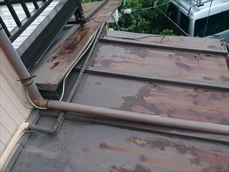 磯子区、下屋のトタン屋根