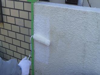 千葉市 門壁の塗装 ウールローラーを使った下塗り