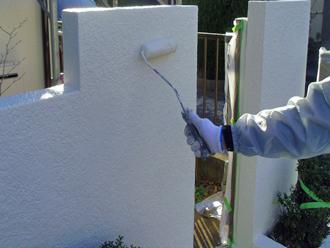 千葉市 門壁の塗装 ウールローラーを使った上塗り