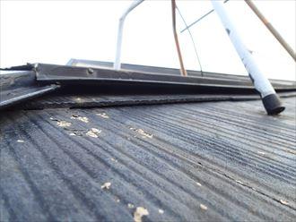 モアイSi(クール赤錆)による屋根塗装でパラペットがある金属屋根の錆を改善