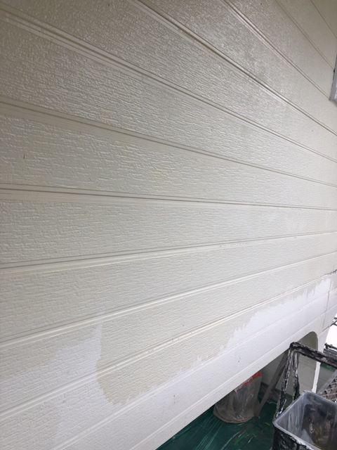 今治市外壁塗装工事、サイディング張りの外壁面の上塗りの様子を紹介します。
