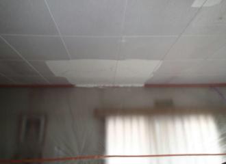 雨染みの部分を塗った天井の写真