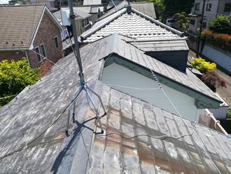 アンテナの錆で汚れた屋根