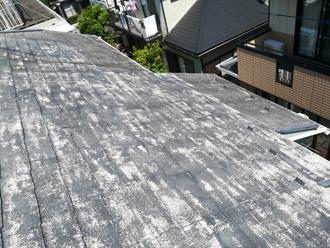 塗膜が落ちて屋根がまだら模様に