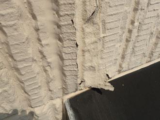 1階庇まで続く塗膜の割れ