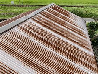 台風被害を受けたトタン屋根