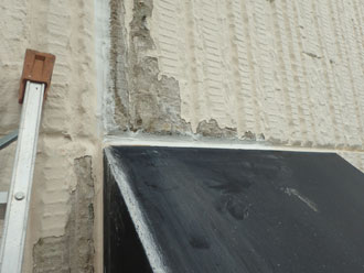 1階の庇の下まで密着していない部分の塗膜を剥がす