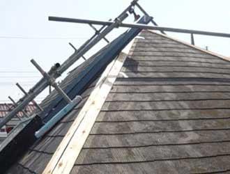足場が仮設された屋根