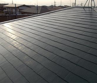 上塗りが乾燥し、塗装工事が完了しきれいになった屋根
