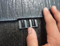 スレート屋根にタスペーサーを挿入する写真