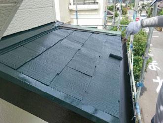 屋根塗装の上塗り風景